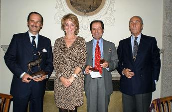 Los dos premiados acompañados por Esperanza Aguirre y César Fernández de la Peña (Fotografía: José María García Medina)