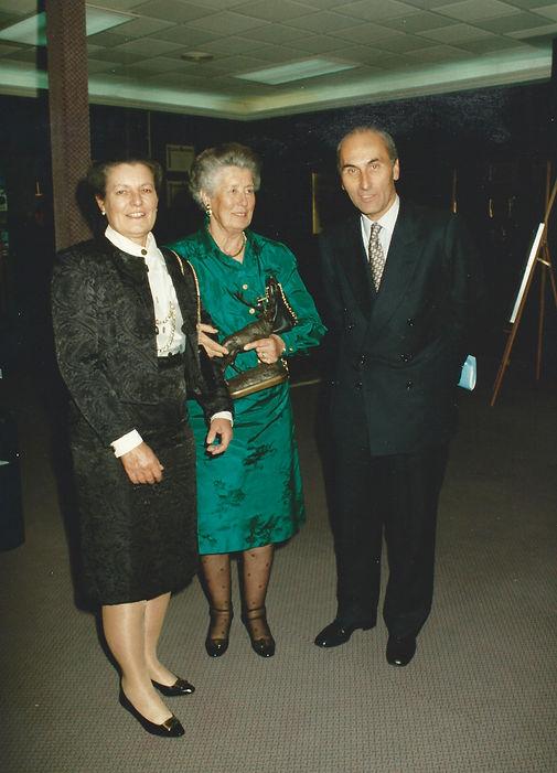La marquesa de Laula, la Infanta Dª Alicia, Premio a la «Personalidad Venatoria» y César Fernández de la Peña. (Fotografía: Real Club de Monteros)