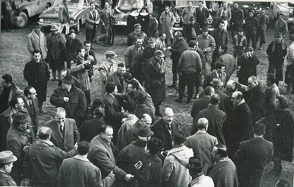 Junta del sorteo en una montería llevada a cabo en Lugar Nuevo el 15 de febrero de 1964.(Fotografía cedida por César Fernández de la Peña)