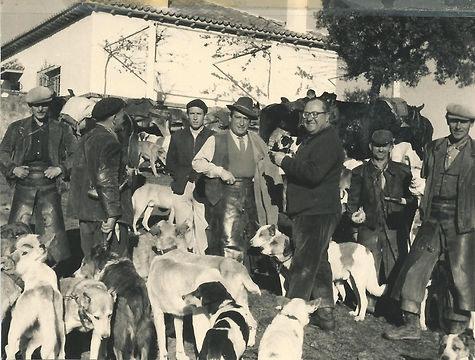 Jaime de Foxá con los perreros de la montería celebrada en el Chopo del Encinarejo el 23 de diciembre de 1960. (Fotografía cedida por César Fernández de la Peña)