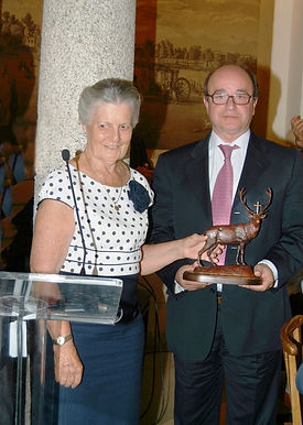 S.A.R. Dª Teresa de Borbón, marquesa de Laserna, entregando el Premio Arte y Cultura a la Asociación Nacional de Taxidermistas (ANTAX), personalizada en su presidente D. Juan José Béjar Delgado (Fotografía: Cesáreo Martín Martínez)