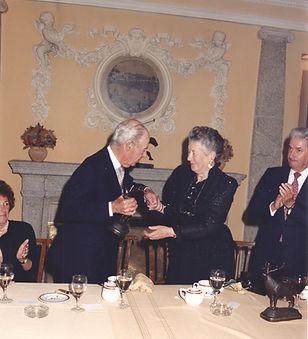 El Conde de Teba recibiendo el Premio a la «Personalidad Venatoria» de manos de la Infanta Dª Alicia acompañados de Iñigo Moreno de Arteaga. (Fotografía: Real Club de Monteros)