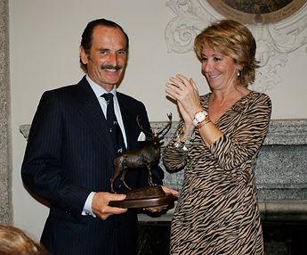 También fue Esperanza Aguirre Gil de Biedma, Presidenta de la Comunidad de Madrid, la encargada de entregar el Premio a la Personalidad Venatoria a Pedro González de Castejón  (Fotografía: José María García Medina)