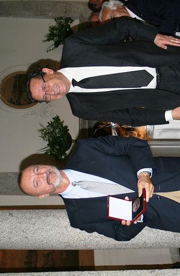 Arturo Pérez Reverte recibe el galardón de manos de Alfonso Ussía Muñoz Seca (Fotografía: Santiago Segovia Pérez)