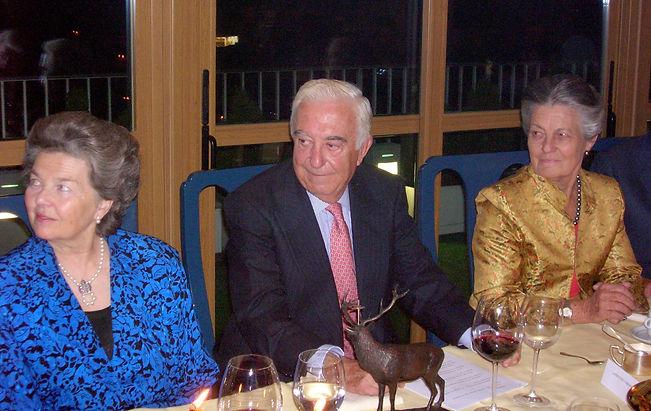 Laurentino Carrascosa, Premio a la Personalidad Venatoria 2006, escucha las palabras de presentación de su premio junto a la Duquesa de Calabria y Teresa de Borbón (Fotografía: José María García Medina)