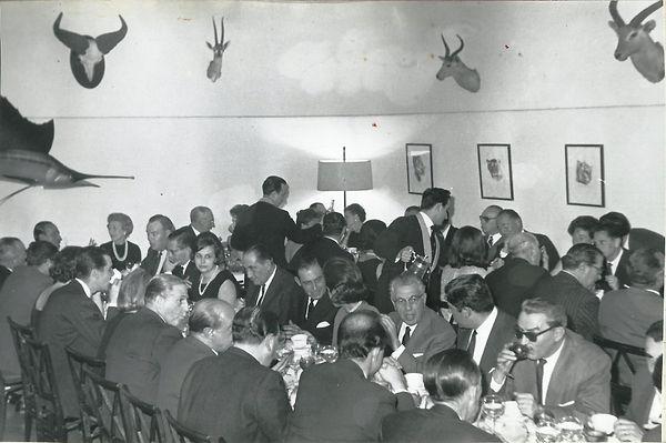 Todos los amigos del Club de Monteros. Al fondo la presidencia. (Fotografía cedida por César Fernández de la Peña)