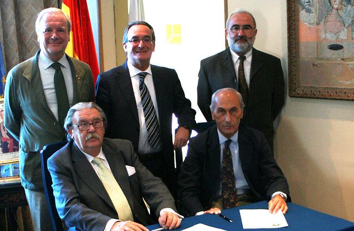 Ramón Estalella, Óscar Grau y Guillermo Reparaz de pie, e Isabel Miguel Posada firmando con César Fernández de la Peña