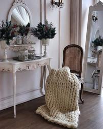 кремовый на стуле в леона.jpg