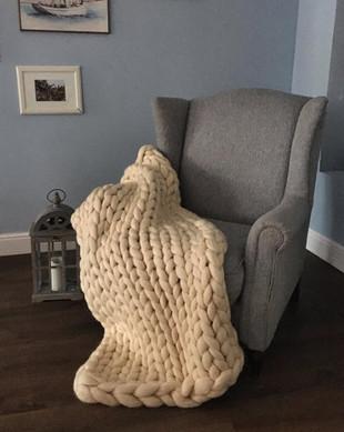 кремовый на кресле в леоне.jpg