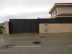 43_puerta_corredera_y_módulo_sobre_muro