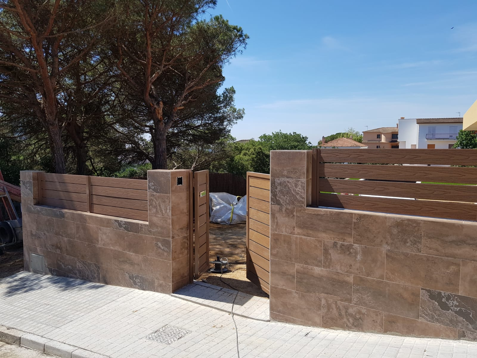 Vallado_y_puerta_peatonal_en_madera_tecn