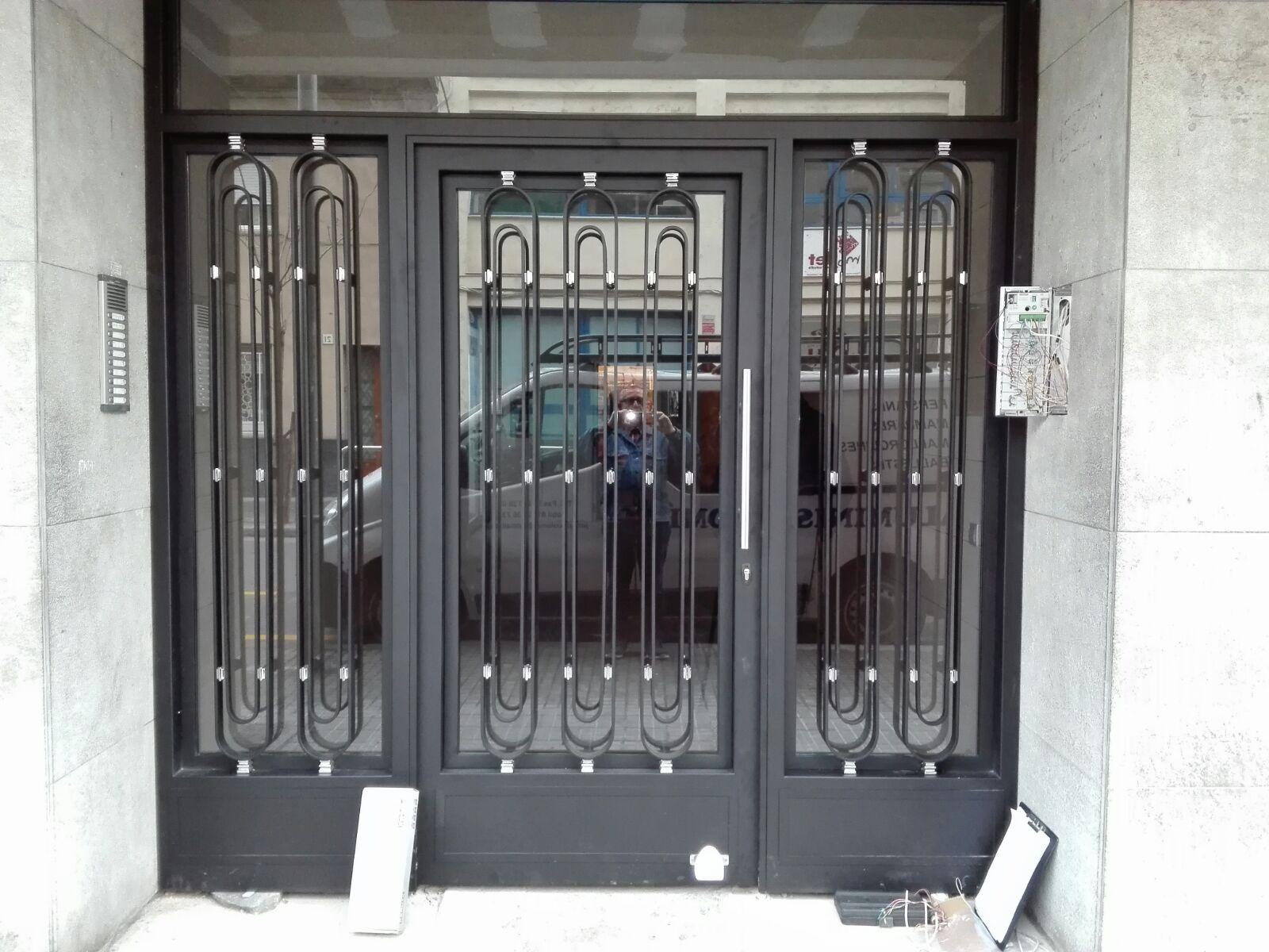 1 Puerta comunidad en hierro con detalle