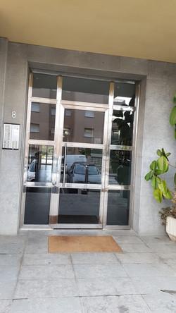 puerta entrada a comunidad de inoxidable