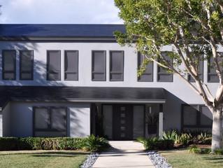 TESLA invente le toit solaire moins cher qu'une toiture standard
