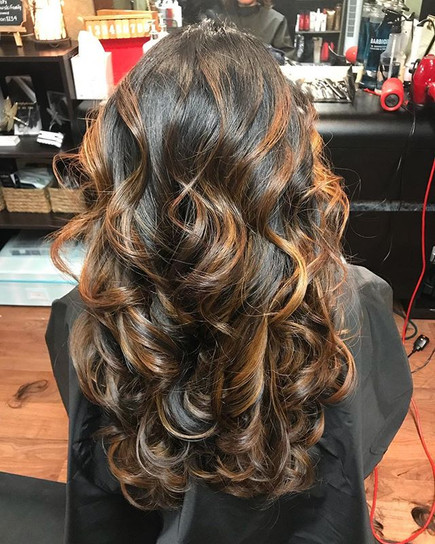 😍 #balayage #curls #hair #haircolor #haircut #curlyhair #highlights #darkhair #behindthechair #modernsalon #hairbrained #longhair #hairpaint