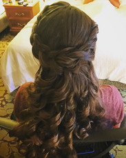 When you wake up beforebhe sun and are home before the family wakes up 👌🏻👍🏼 #bridesmaid #curls #hair #formalhair #weddinghair #twists #braid