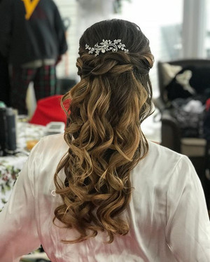 One of my brides today 👰🏼 congrats _colleen__smith #colleenmarriesrich #bride #bridalhair #curls #wedding #weddinghair #updo #formalhair