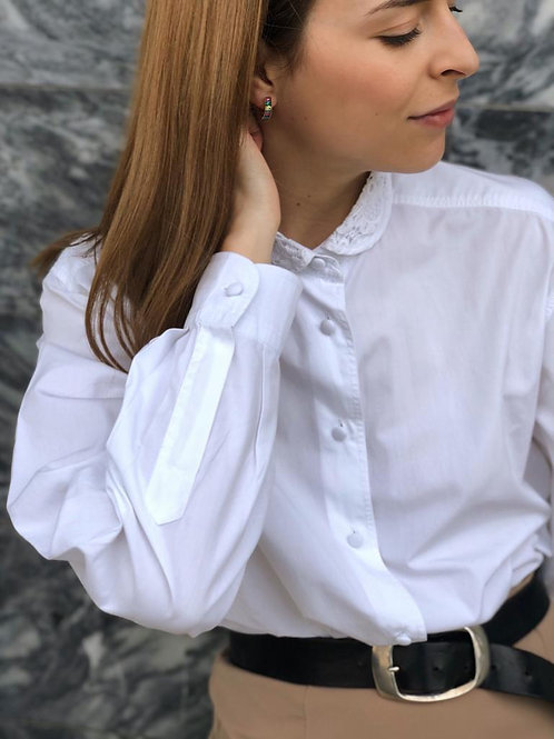 Cotton shirt with lace round collar and lined buttons