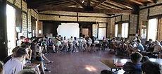 Fotografía de una asamblea general en el Campamento Autogestionario para Jóvenes