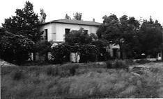 Fotografía en blanco y negro de la escuela desde la distancia