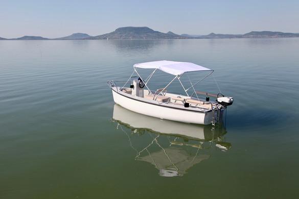 Lehajtható napfénytető (Bimini) biztosítja a napsütéses hajózáskor a védelmet.