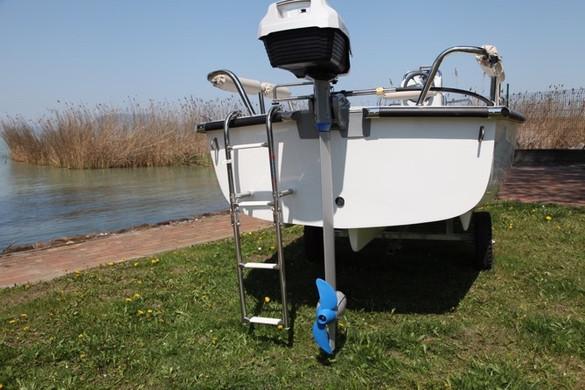 A biztonságos kikötést segítik a fartükrön lévő rozsdamentes acél kikötőszemek is.