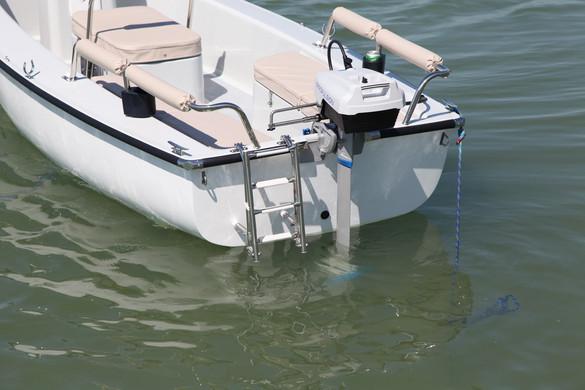 Fartükörre szerelt felhajtható vízbeszálló létra egyszerű ki-be szállást biztosít a hajóba akár a Balaton közepén is.