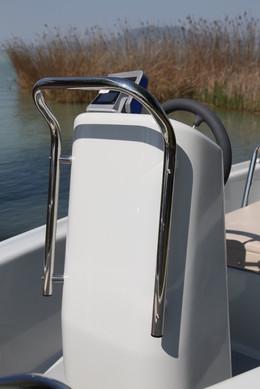A könnyen használható kormányállás, akár halradarral is felszerelve, rozsdamentes kapaszkodóval ellátva, a biztonság és praktikusság jegyében.
