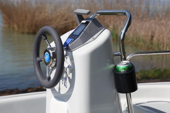 Minden egy helyen, könnyen kezelhetően, legyen szó akár a  motor vezérlésről vagy a hal radarról vagy akár egy doboz sörről, üdítőről. :-)