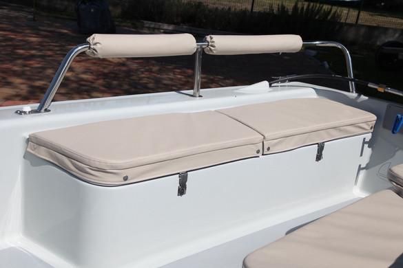 A hátsó ülésekhez rozsdamentes korlát is rendelhető, ami egyben háttámaszként is funkcionál. Az ülésekre rendelhető kárpit, nemcsak az ülést teszi kellemesebbé, a nyári melegben az italokat is védi a melegtől.