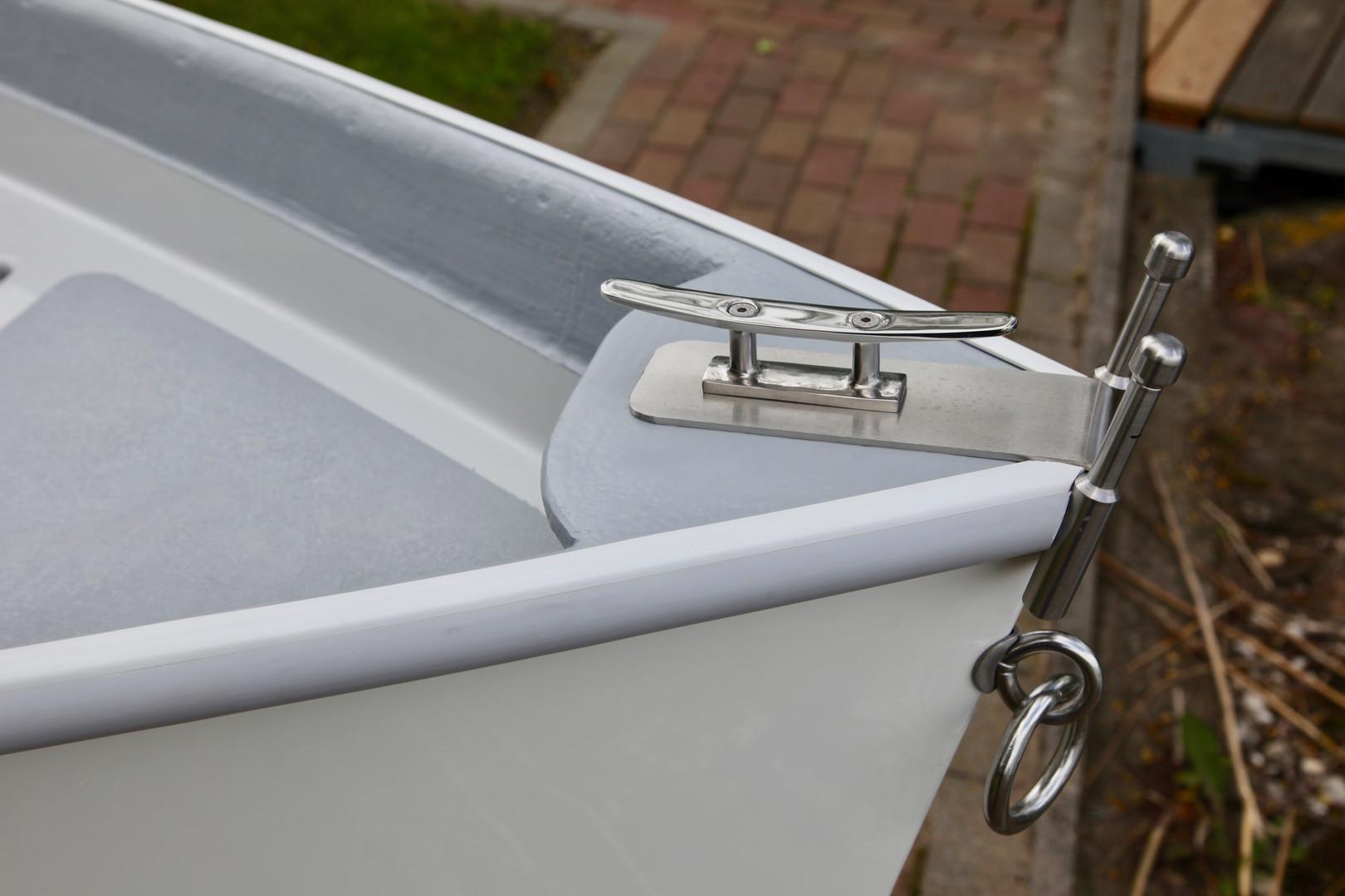 A biztonságos horgonyzást, kikötést segíti az orrban lévő bika a kötélvezetővel.