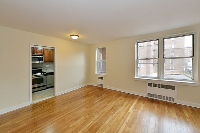 65-05 Yellowstone Blvd., apt. 1H living