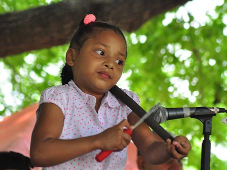 Las niñas también se animan con la guacharaca