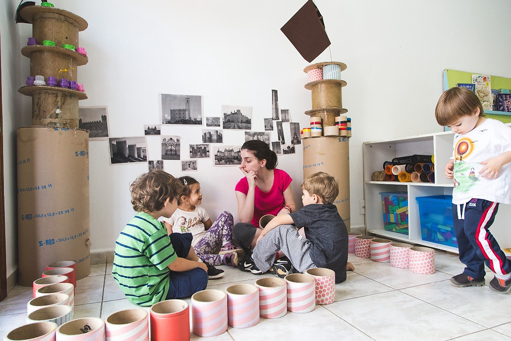 Educadora conversa com crianças