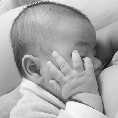 Matheus mama exclusivamente leite materno desde o momento do nascimento. Crédito: arquivo pessoal.
