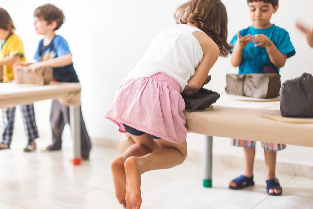 Criança modela argila