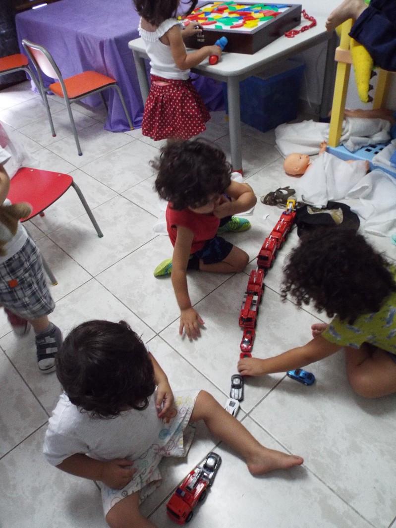 Crianças brincam com carrinho
