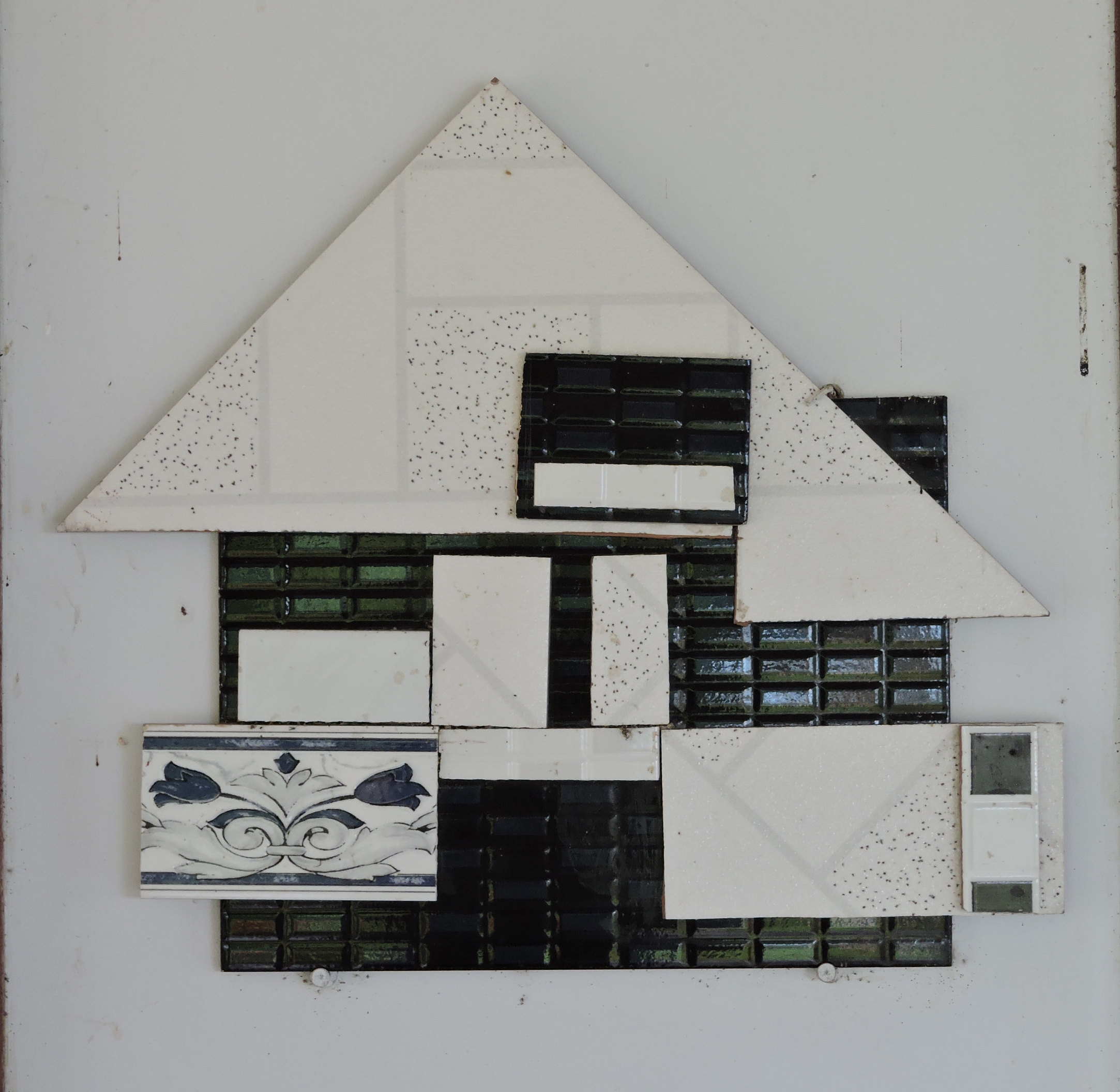 Creusa_Salame_-_Composição_2,_2012._Colagem_azulejo,_49_x_43