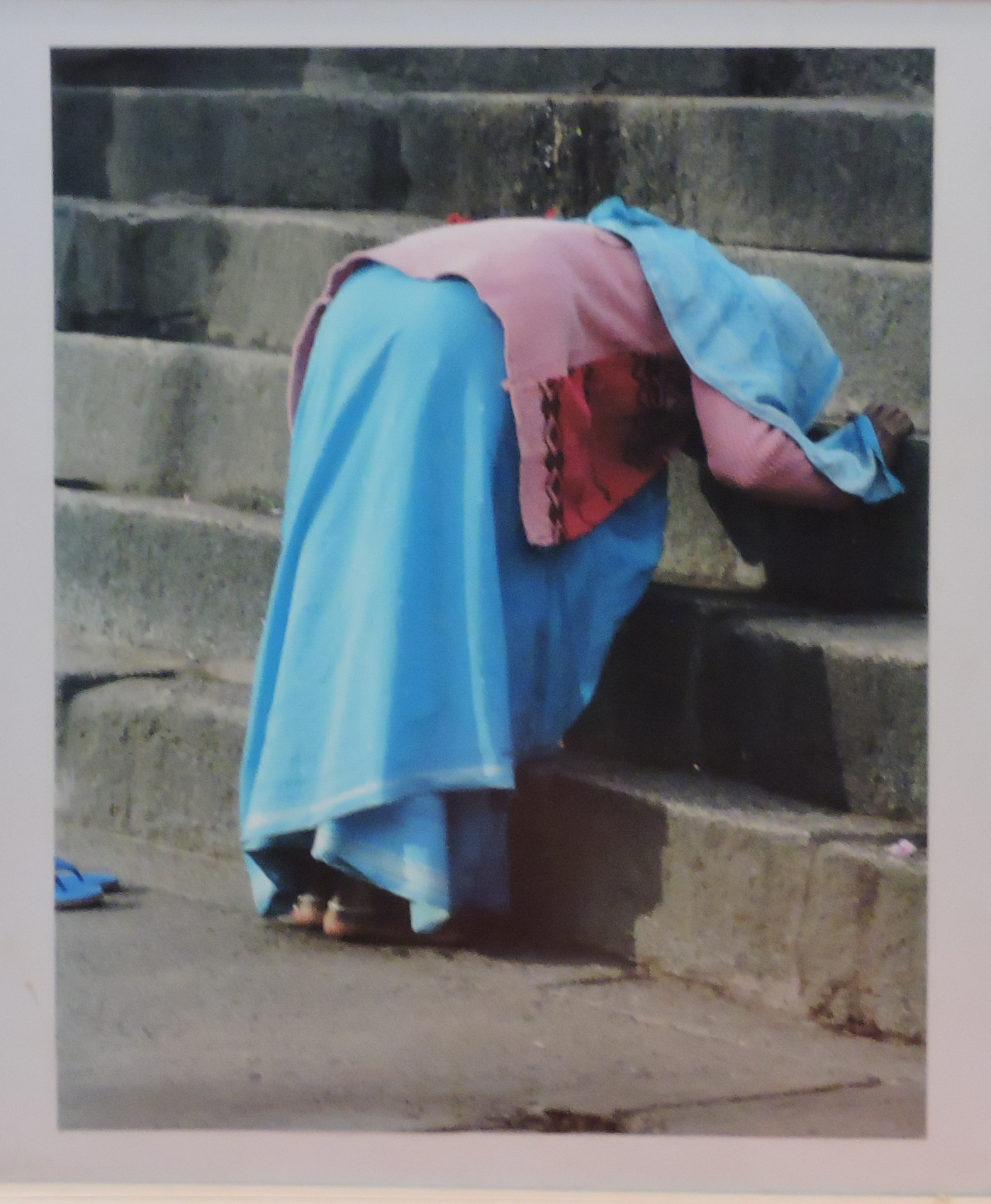 Mira_Bischoff_-_Mulher_de_azul_curvada,_Índia,_2006._Papel_fotográfico,_40x30