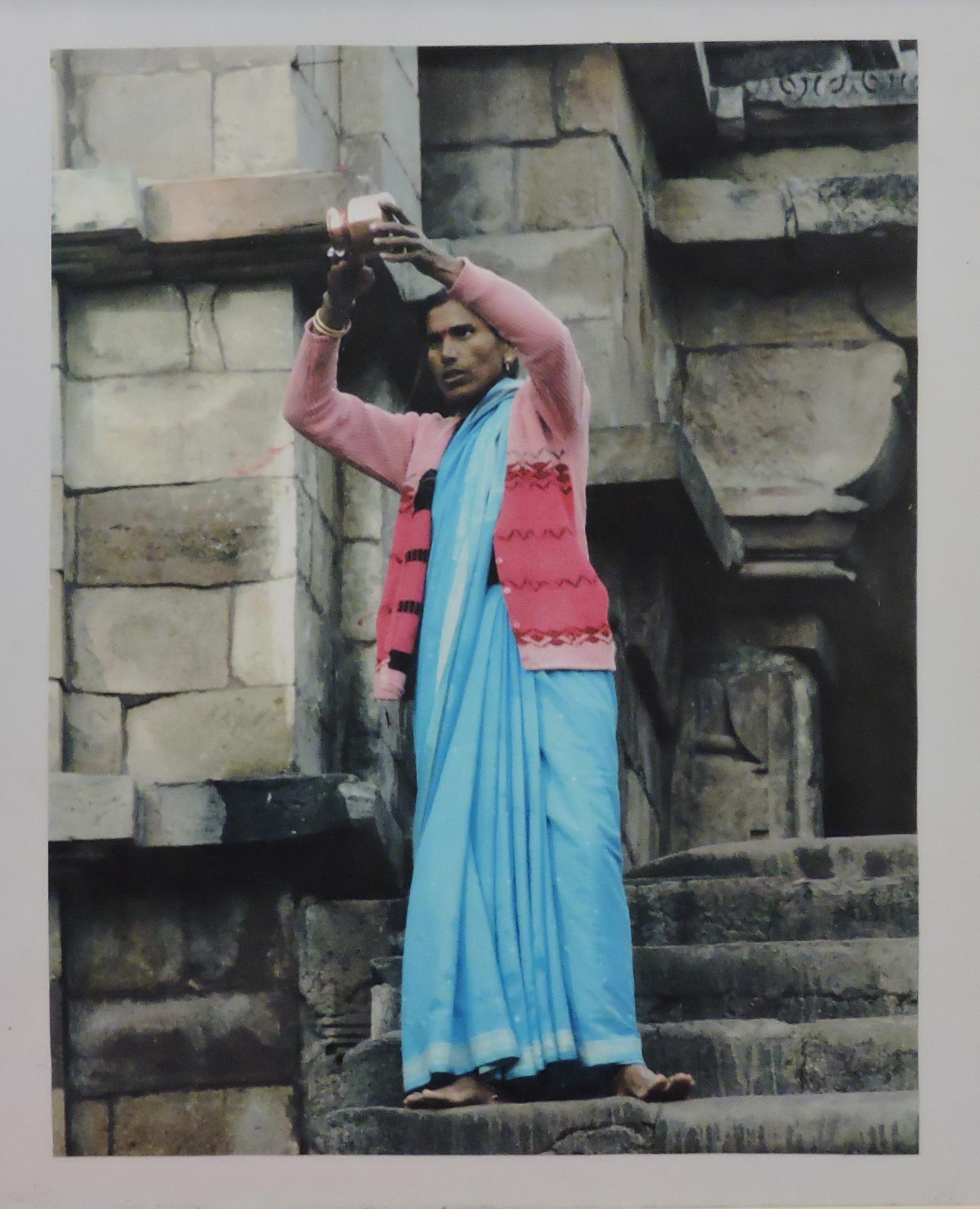 Mira_Bischoff_-_Mulher_de_azul_de_pé,_Índia,_2006._Papel_fotográfico,_40x30