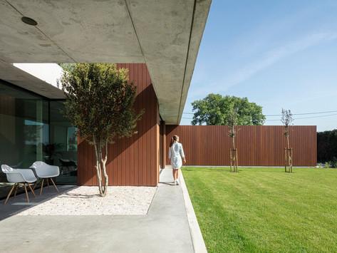บ้านคอนกรีต สไตล์มินิมอล โดย TOOP Architectuur