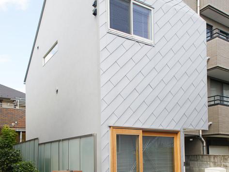 งานออกแบบบ้านขนาดเล็ก 52 ตารางเมตรในญี่ปุ่น โดย Tenhachi Architect & Interior Design