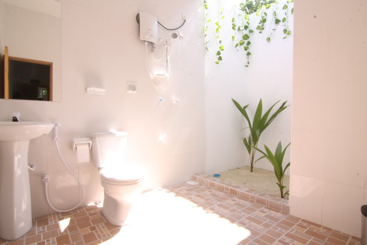 Deluxe room bath.JPG