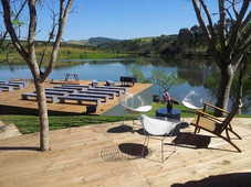 Deck montado sobre o lago
