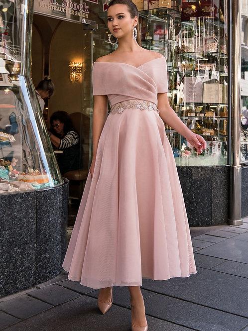 Лаконичное платье миди длины