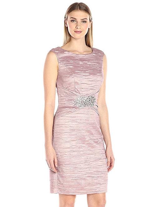 Вечернее платье с украшением