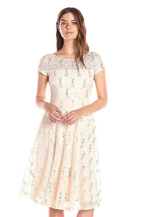 Кружевное платье с пайетками