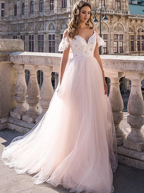 Роскошное платье с приспущенными плечами