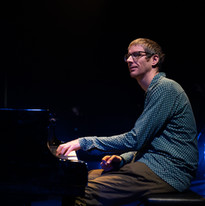 210310-Sunrise Martijn lacht piano.jpg