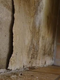 Feuchtigkeitsschäden der Wand nach Leitungswasserschaden.